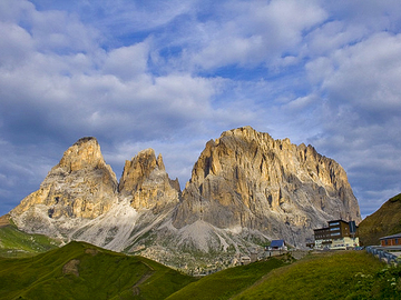 Private Experience (price per group): SPRING TREKKING: TOUR OF THE SASSOLUNGO