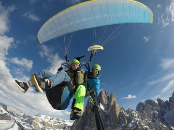 Social Experience (price per person): WINTER Gleitschirm Tandemflug in den Dolomiten - Val Gardena