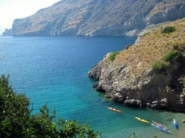 Experiencia (precio por persona): Giornata in kayak nella Baia di Ieranto (NA)